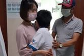 Bé trai 10 tuổi mắc COVID-19 ở TP.HCM ôm chầm người thân ngày xuất viện