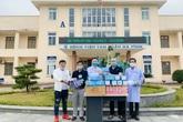 Đại diện báo Gia đình và Xã hội trao tặng hơn 15 triệu đồng cho các bệnh viện ở Hà Tĩnh để phòng chống COVID-19