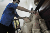 Nhóm thiện nguyện chỉ dùng túi giấy gói quà từ thiện để tránh rác thải nilon