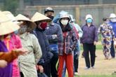 """Quá nhiều người đến """"ATM gạo"""" miễn phí, đơn vị từ thiện tận dụng sân bóng đá làm chỗ xếp hàng"""