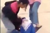 Nghệ An: Xôn xao clip 2 thiếu nữ đánh một nữ sinh trên đường