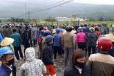 Hà Tĩnh: Hàng trăm người dân bao vây SVĐ xã phản đối san lấp bằng tro xỉ