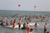Ngày đầu tiên nghỉ lễ, bãi biển Sầm Sơn đông nghẹt người