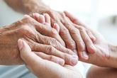 Từ cụ bà neo đơn, tàn tật đến người đàn ông ăn xin từ chối tiền hỗ trợ: Thân thương lắm tấm chân tình người Việt