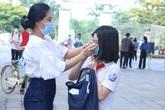 Học sinh háo hức, phụ huynh quyến luyến đưa con trở lại trường