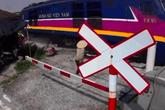 Cố tình băng qua đường ray tàu hỏa, người phụ nữ suýt nhận cái kết kinh hoàng chỉ vài giây sau đó