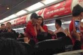 Máy bay sắp cất cánh, nữ hành khách ném điện thoại thẳng mặt tiếp viên trưởng vì lời nhắc nhở