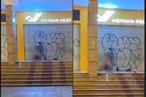 Cặp đôi có hành động phản cảm, vô văn hóa ngay tại Bưu điện Hà Nội khiến dư luận phẫn nộ