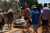Xe tải chở đất đá đè bẹp xe con, 3 người tử vong tại chỗ