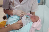 Hà Nội: Bé sơ sinh bị bỏ rơi ở hố ga dưới nắng nóng 40 độ C được phát hiện trong tình trạng kiến bu khắp người