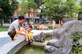 Đài phun nước Con Cóc cổ tại Hà Nội đeo đai thép chống sập nhưng dân vẫn sợ đổ