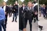 """Đang đi bộ cùng vợ hơn 25 tuổi, Tổng thống Pháp gặp """"sự cố"""" và cách giải quyết thuyết phục"""