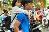 Thi vào lớp 10 tại Hà Nội: Cảm động hình ảnh tình nguyện viên cõng thí sinh vào phòng thi
