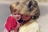 """Hoàng tử Harry bị đối xử """"kém"""" hơn anh trai trong hoàng gia Anh, Công nương Diana phải bù đắp"""