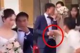 Ngay giờ phút đón dâu, chú rể có hành động lạ đến người nhà cũng phải thảng thốt, nhưng thái độ của cô dâu mới thương cảm