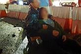 Chở con trai về nhà chơi hè bị xe tải tông tử vong, người mẹ ngồi khóc ngất dưới mưa