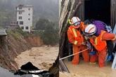 Tin mới nhất về lũ lụt tồi tệ ở Trung Quốc: Vỡ đê nước cuốn phăng hàng chục máy xúc, sông Trường Giang thiết lập đỉnh lũ mới