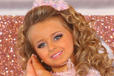 Tuổi thơ bất thường của hoa hậu nhí Mỹ thành triệu phú năm 6 tuổi