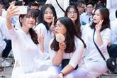 Nữ sinh lớp 12 Thủ đô nghẹn ngào khóc trong ngày chia tay mái trường