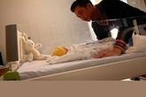"""Sau 1 ngày sinh con, Đàm Thu Trang hạnh phúc khoe khoảnh khắc Cường Đô La ngắm nhìn """"tiểu công chúa"""""""