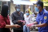 Ảnh: Người dân Đà Nẵng mang tem phiếu đi chợ theo ngày chẵn - lẻ để ngừa COVID-19