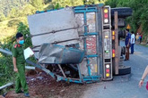 Xe tải lật khi xuống đèo trên QL32A khiến 2 mẹ con tử vong