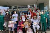 Bé trai 21 tháng tuổi và 16 bệnh nhân khác được xuất viện sau khi chữa khỏi COVID-19 tại Đà Nẵng