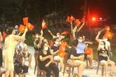 Nửa đêm, người dân tại ổ dịch nhà hàng bò tươi Hải Dương nhảy múa ăn mừng khi hết phong tỏa, cách ly