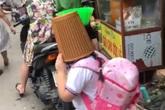 Cô học trò đang đi bỗng dựng ngược chổi, úp chiếc rổ to tướng lên đầu: Hỏi ra nguyên nhân khiến ai cũng cười lăn lội