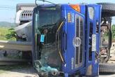 Nghệ An: Mất lái, xe tải húc văng dải phân cách rồi lật ngiêng giữa đường sắt