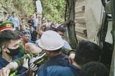 Xe tải chở trâu lao vào vách núi, người dân phá ca bin giải cứu các nạn nhân mắc kẹt