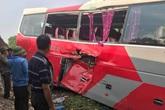 Hà Nội: Tàu hỏa đâm thẳng vào xe chở học sinh tiểu học, nhiều em nhỏ bị thương