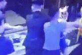 Nhóm thanh niên lao đến túm tóc, đánh đập 2 cô gái túi bụi gây phẫn nộ