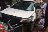 Ô tô 4 chỗ biến dạng, văng lốp tứ tung sau tai nạn kinh hoàng, người dân dùng xà beng cạy cửa cứu nạn nhân
