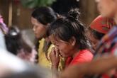 Tiếng khóc gây ám ảnh trong lễ tang cháu bé tử vong do cổng trường đổ ở Lào Cai
