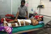 Người đàn ông bị ngã gẫy chân khi đi bắt ong kiếm tiền nuôi con phải xin về nhà tự chữa trị vì quá nghèo