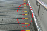 Lý do bất ngờ khiến nhiều bậc cầu thang ở Nhật có dấu đỏ-vàng, quả không hổ danh là quốc gia