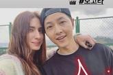 Giữa lúc Song Hye Kyo bị khơi lại chuyện yêu Hyun Bin và Bi Rain, Song Joong Ki lại rạng rỡ chụp hình cùng gái đẹp