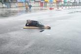 Ngán ngẩm hình ảnh người đàn ông trải chiếu ra giữa phố Hà Nội để nằm check in giữa trưa mùng 1 Tết