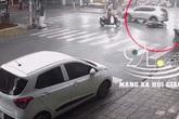 Phóng xe máy nhanh rồi phanh gấp khi đi qua ngã tư, người phụ nữ bị cuốn vào gầm ô tô