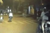 Chở nhau trên xe máy không đội mũ bảo hiểm, màn đổi xế của 2 cô gái trẻ khiến tài xế đi sau phải bấm còi cảnh bảo liên tục