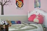 Căn phòng của bé gái 9 tuổi tưởng chừng bình thường nhưng chứa một bức tường phát ra âm thanh kì lạ, hành hạ gia đình em suốt 6 năm trời