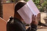 Kẻ hiếp dâm bé gái 14 tuổi che mặt khi rời tòa