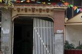 """""""Nhà của người chết"""" len giữa nhà người sống trên mặt đường Hà Nội"""