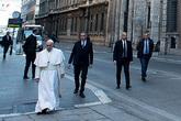 Giáo hoàng đi bộ trên đường vắng tanh