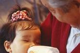 Con 1 tuổi nhất quyết không uống sữa do bố mẹ pha nhưng bà nội pha thì uống cạn, mẹ hốt hoảng khi khám phá ra