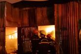 Cháy lớn kinh hoàng tại bãi giữ ôtô, hàng trăm cảnh sát đội mưa dập lửa xuyên đêm