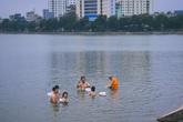 """Hà Nội: Bất chấp nguy hiểm, người dân đổ ra hồ Tây, sông Hồng """"giải nhiệt"""""""