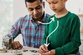 Sai lầm của cha mẹ khiến con quan niệm lệch lạc về tiền