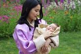 """Hoàng hậu """"vạn người mê"""" Bhutan chính thức công bố hình ảnh con trai thứ 2 mới sinh khiến dân mạng xuýt xoa"""